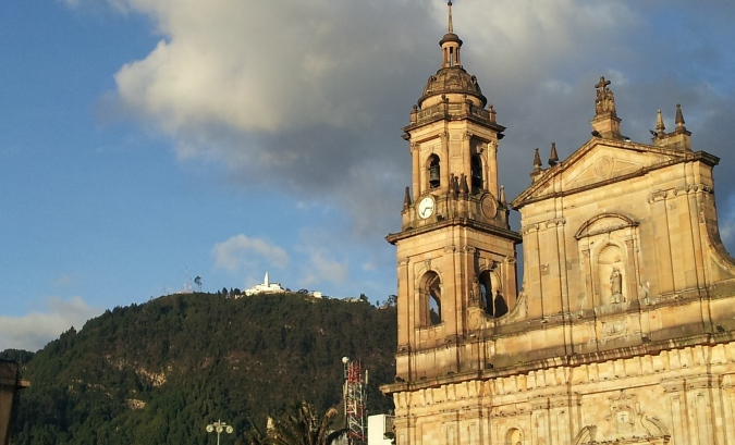 Catedral de Bogotá y Monserrate al fondo