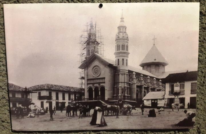 Foto antigua en museo de la Catedral de Manizales.