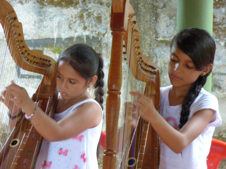 Niñas aprendiendo a tocar el Arpa - Cultura Llanera - Puerto Carreño - Vichada. Foto: David Medina