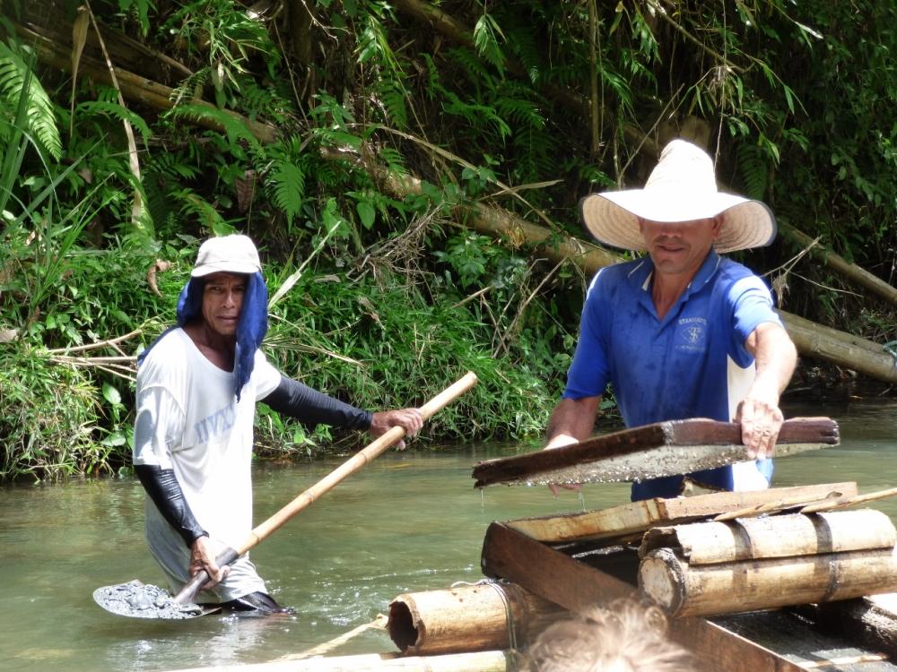 Extracción de oro de manera artesanal en el río la Vieja. Foto: David Medina