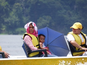 Gente navegando el Río Orinoco - Vía Garcitas - Tuparro - Vichada. Foto: David Medina