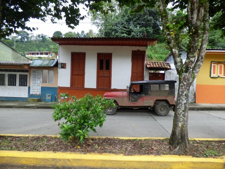 Arquitectura y Willys - tradición en PIjao - Quindío. Foto: David Medina