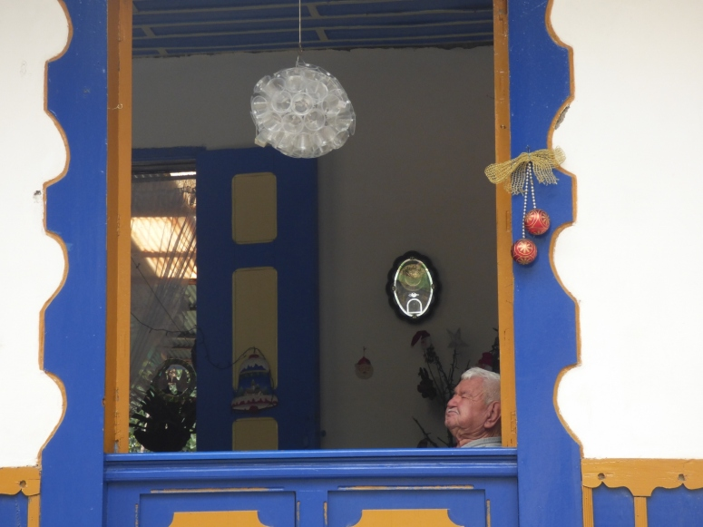 Disfrutando La tranquilidad desde el balcón de su casa Pijao - Quindío. Foto: David Medina